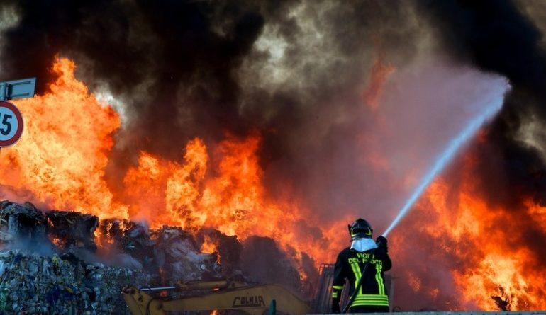 Risultati immagini per emergenza incendi in discarica